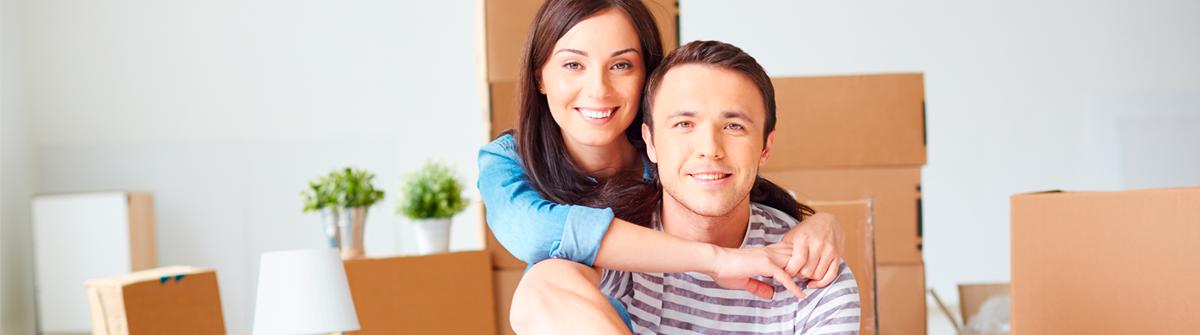 Imagen de una pareja con cajas de mudanza
